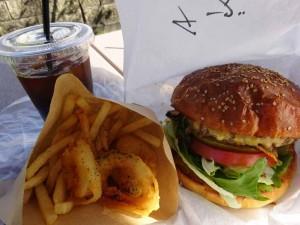 福井県大野市のハンバーガー専門店の「ルーシーズマッシュバーガー」